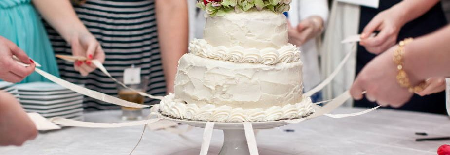 The best tradition of cutting a wedding cake